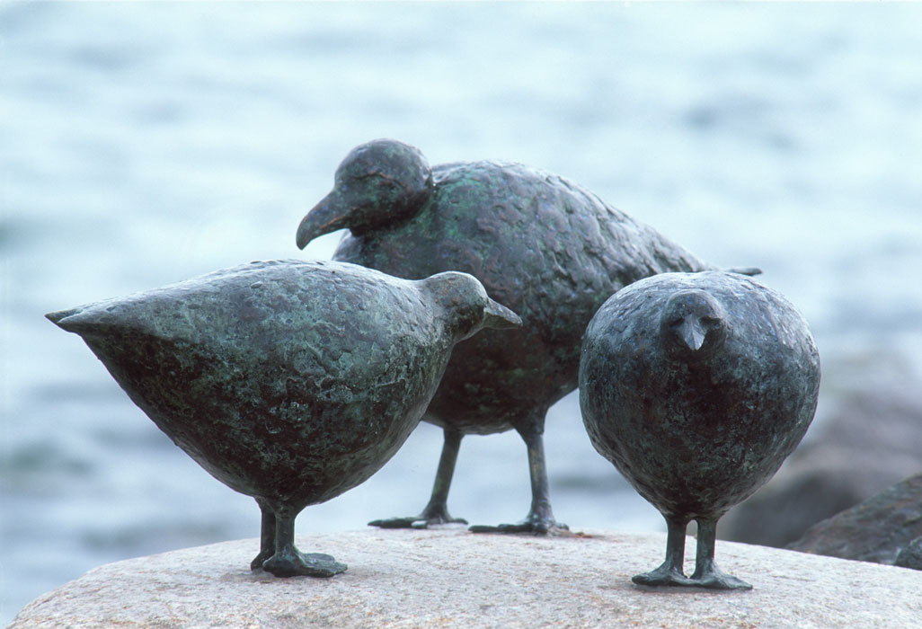 3 Vögel 2001 – Burgtiefe auf FehmarnBronze – Hühner je 20 x 33 x 16 cm – Möwe 28 x 45 19 cm