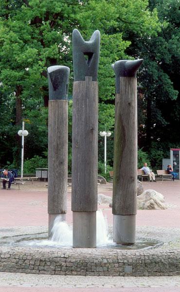 3 Stelen Brunnen – 1986-1996 – Buchholz i.d.N.Brunnen – Eichenstämme, Edelstahl, Granitpflaster