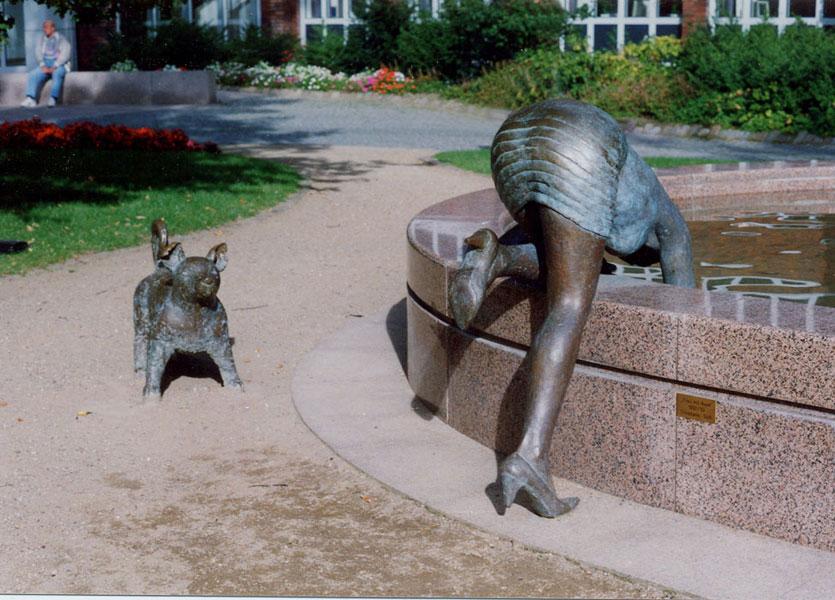 Frau mit Hund Brunnen – 1998 – Curschmann-Klinik, Timmendorfer StrandFrau – Bronze – 155 x 120 x 60 cm – Hund – Bronze – 57 x 68 x 34 cm – Brunnen – Granit